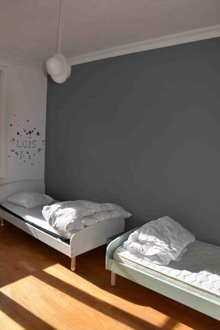 chambre 3 avec 2 lits simples