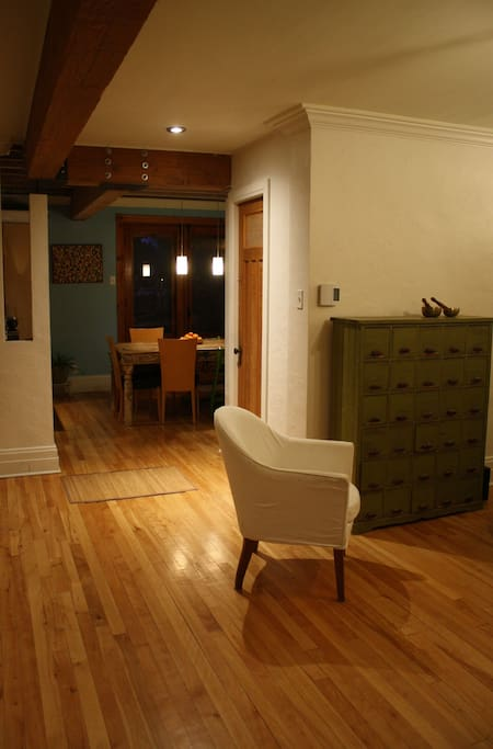 vue de l'entrée de la maison vers la salle à dîner puis la cour