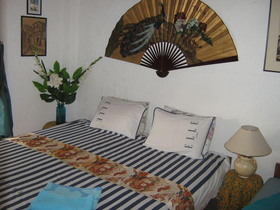 Το υπνοδωματιο , εχει 2 κρεβάτια ενωμένα και ενα έξτρα καναπέ.