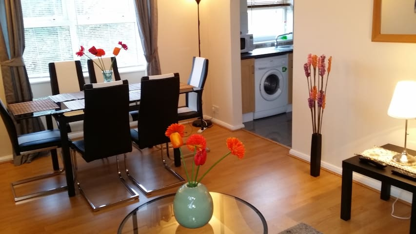 2 Bed Exec Flat-15 Min to Tower of London by C2C