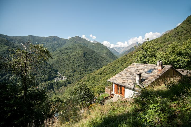 A bird's eye view of the house and the valley just beyond ∙ Vista panoramica della casa e della valle