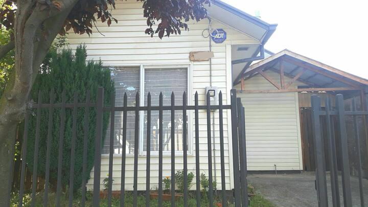 Acogedora casa independiente, en barrio familiar.