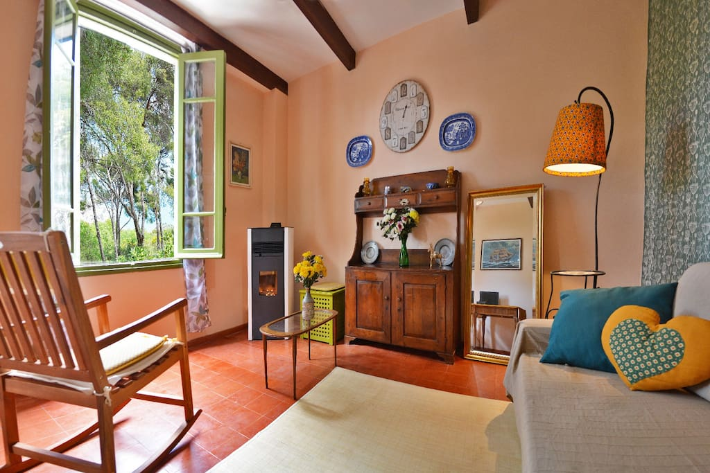 Ampia zona living per un caldo e accogliente relax, in ogni stagione.