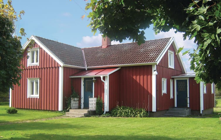 Former farm house with 2 bedrooms on 115m² in Skeppshult