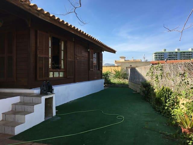 Casa de madera a 50m del mar, zona tranquila