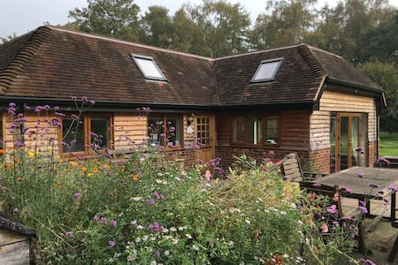 Stylish Lodge in rural setting near Guildford