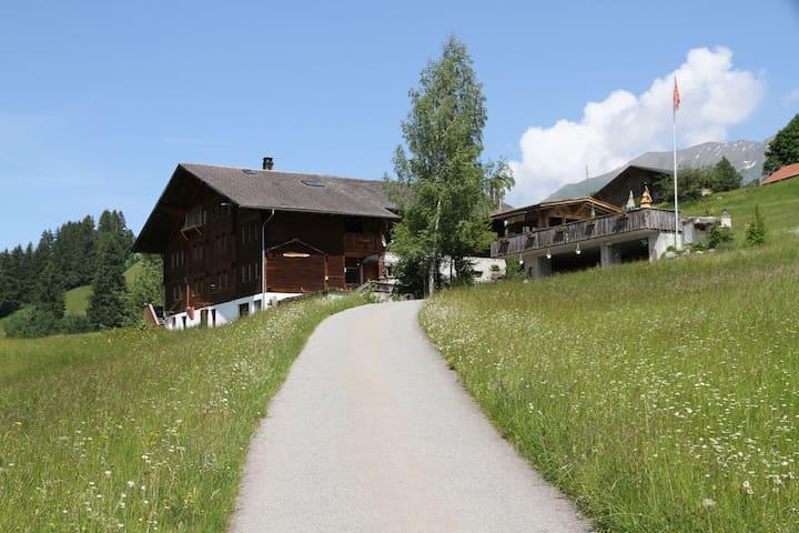 Apartamento situado en un paisaje de colinas y hermoso de la montaña.