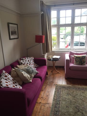 Double room in peaceful private house in Esher