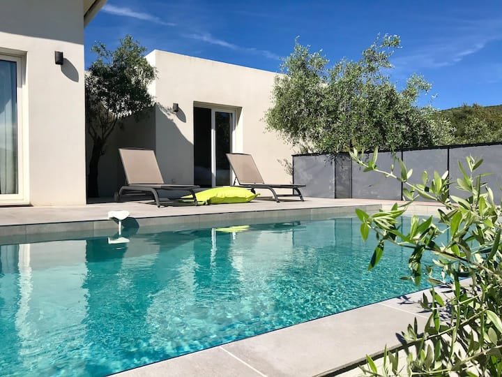 Modern villa with 4 bedrooms and heated pool