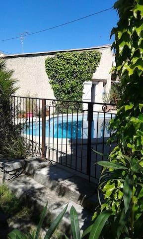 Le studio accède directement à la piscine.