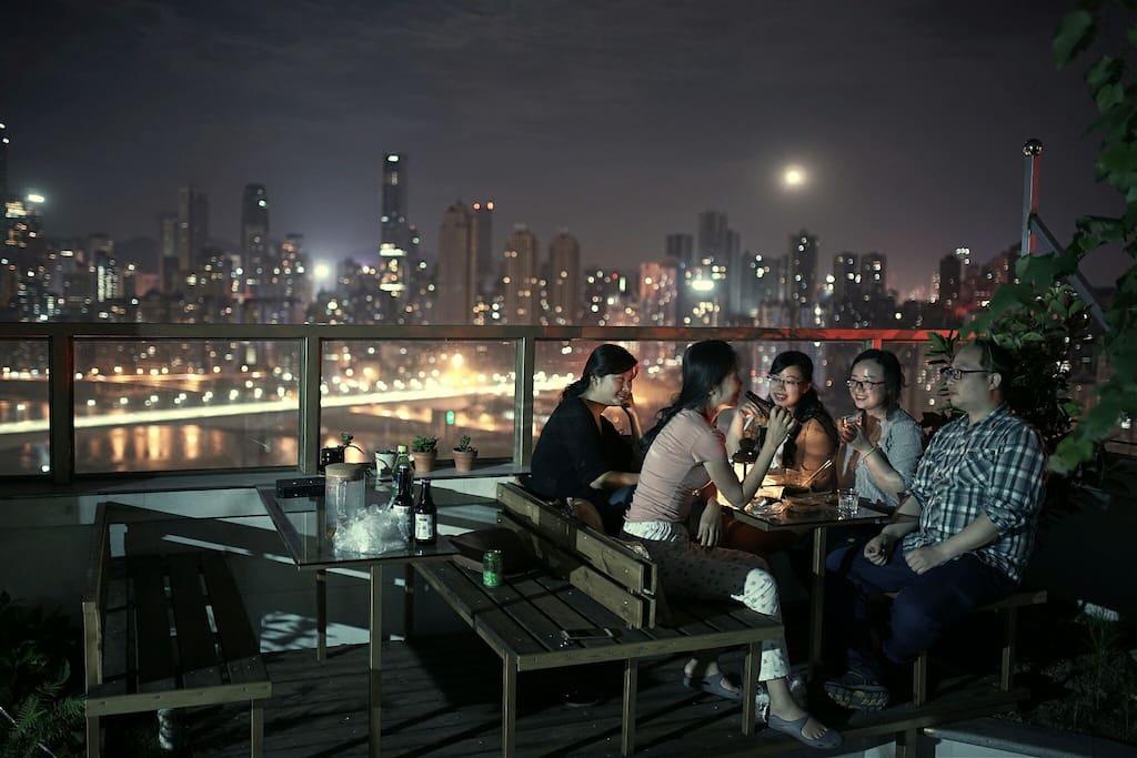 坡坡空中花园露台持续完美中,江景,好酒,音乐和朋友。