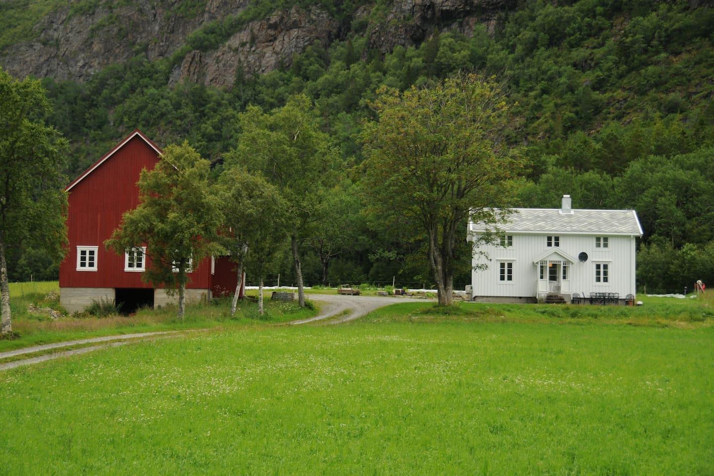 Dun feriehus, et idyllisk lite småbruk omgitt av vakkert kulturlandskap