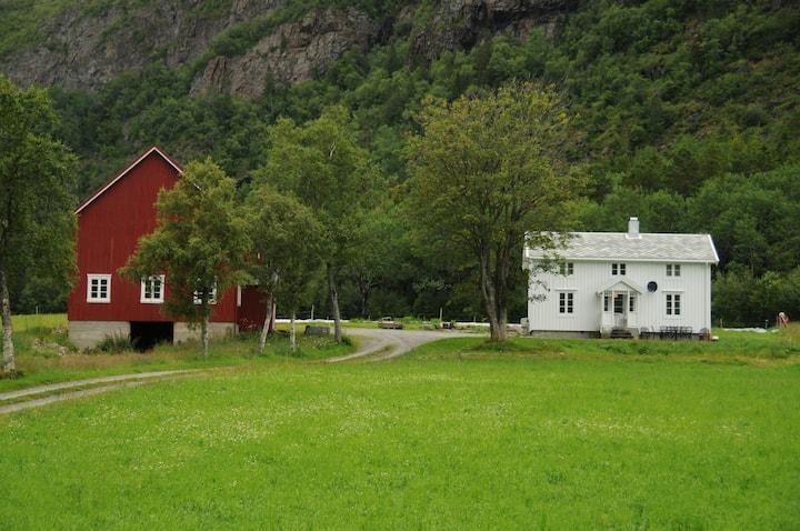 Dun feriehus, småbruket på øya Jøa.