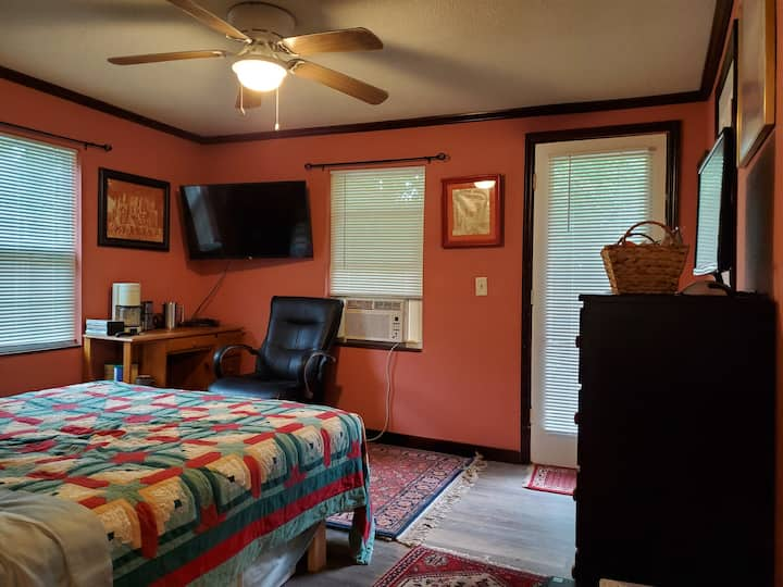 Eclectic Midtown Room2 in the Heart of Tallahassee