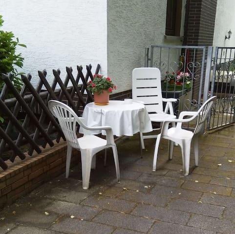 Sitzecke im Freien vor dem Gartenzaun, auch Raucherecke