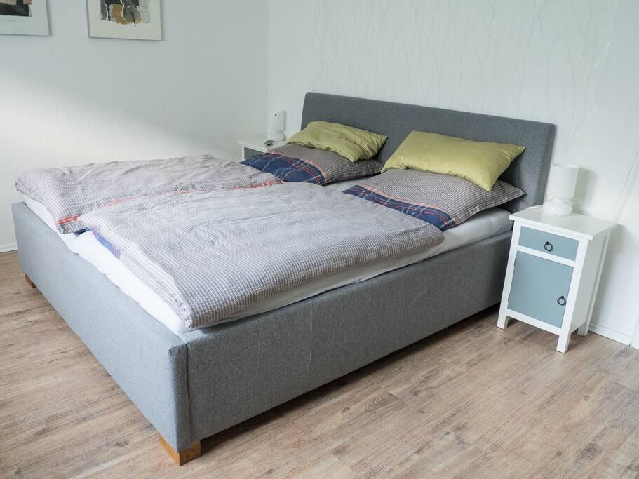 180 cm breites, gemütliches Bett im Schlafzimmer 1