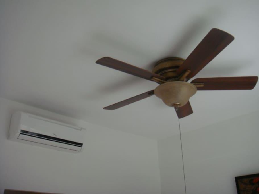Climatisation de la chambre et ventilateur.