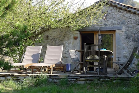 Hameau de Mensac : maison cosy en pierres