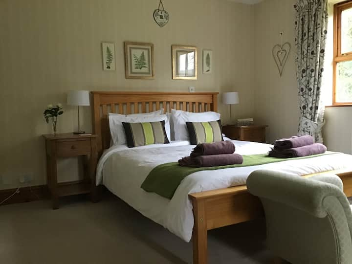 Comfy King size, large en-suite bath, car parking