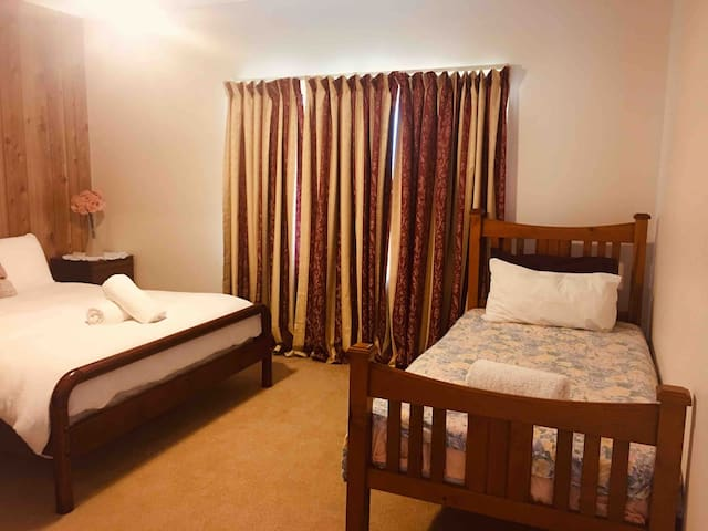 Jay Jay's Queen Bedroom Close to RSL Friendly Home