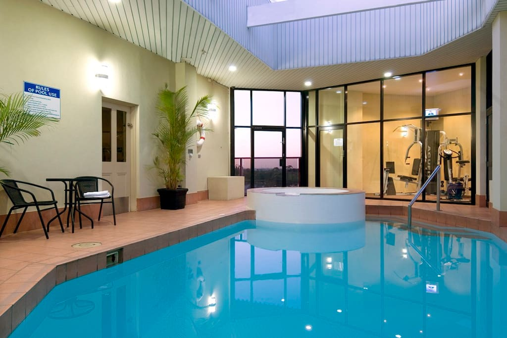 Premier spa suite bed and breakfasts for rent in for Pool show adelaide