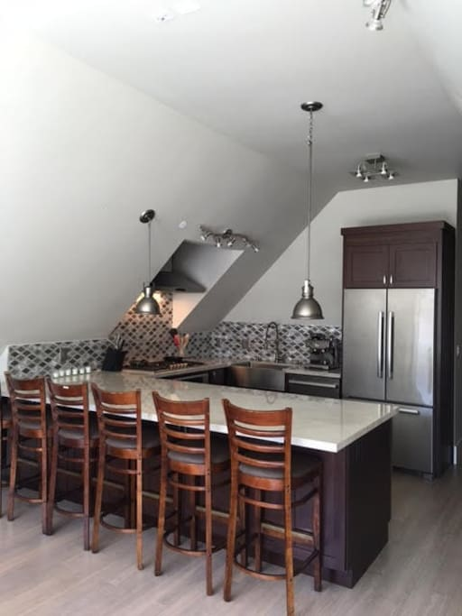 Full Kitchen with eat-in bar