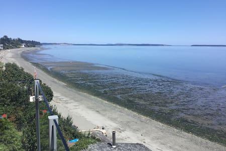 Blissful Beach Suite on Cordova Bay Beach