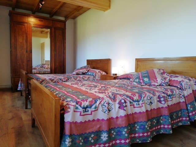Habitacion número 2. Habitación muy anplia con dos camas de 1.20 de ancho. Bedroom 2. Very large bedroom with two single beds (1.20 width each bed)