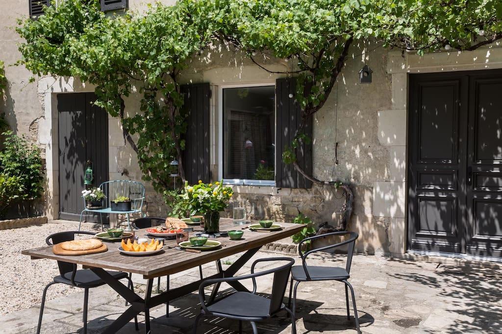 Le Moulin K : la terrasse plein Sud, à l'ombre de la vigne