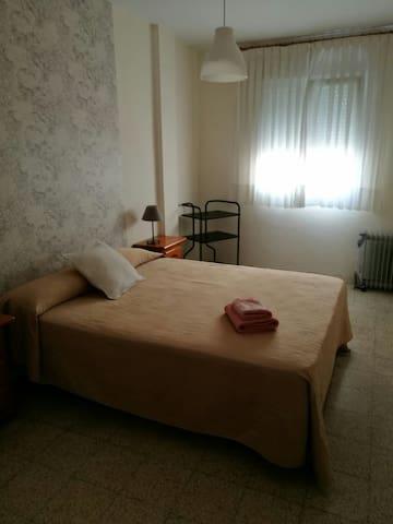 (2) Habitación segunda con cama de 1,50 cm totalmente equipada con almohada y ropa de cama (sábanas, colcha verano y nórdico en invierno). Exterior. Dejamos un juego de 3 toallas por persona.