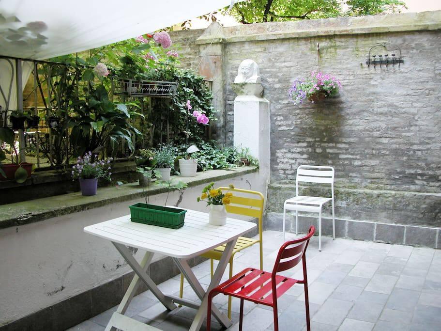 Cortile in comune, con affacio sul verde, perfetto per mangiare all'aperto. Shared green courtyard perfect for meals outside