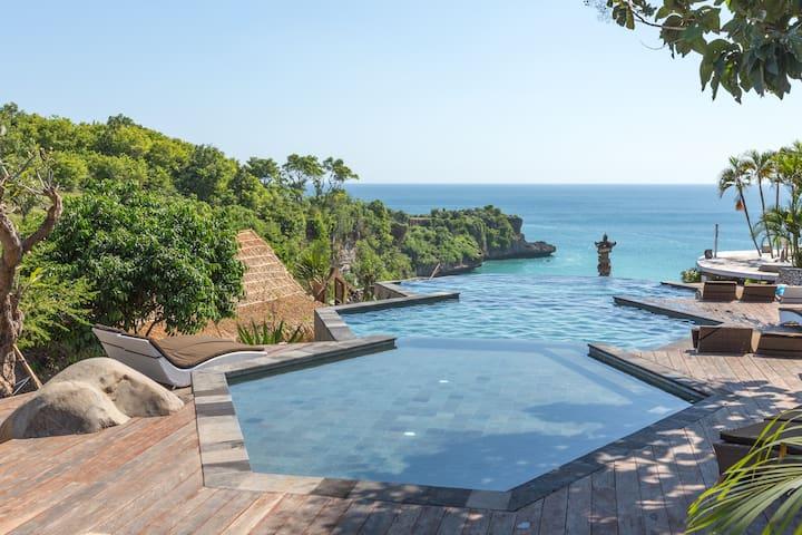 巴厘岛风情 - 石头和茅草小屋在海边悬崖,秘密海滩,无边游泳池