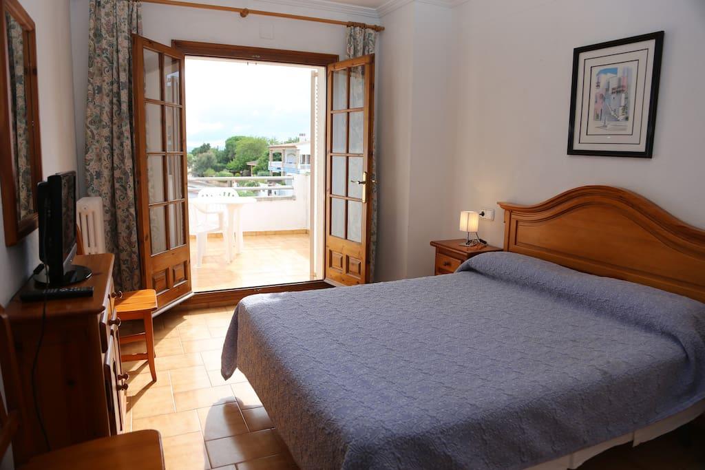 Habitació doble amb terrassa, TV, bany privat, calefacció i zona WIFI. No disposa d'aire condicionat.
