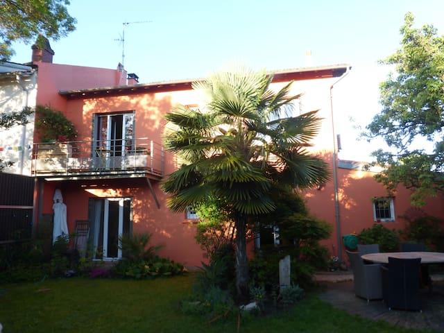 Maison de ville avec jardin fleuri et piscine maisons for Jardin fleuri maison