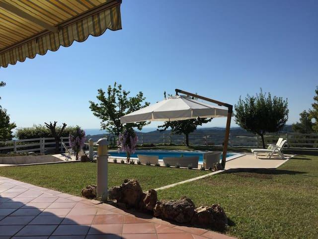 Villa con piscina, a 8 km dal mare.