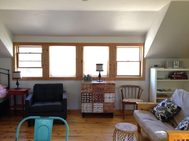 Cozy Artist's Nest - Lyons - Apartment
