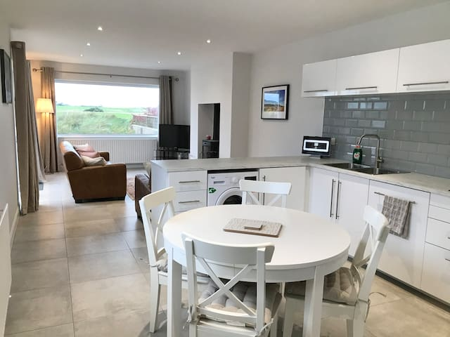 Cloughey Cottage - Beach and front line golf views