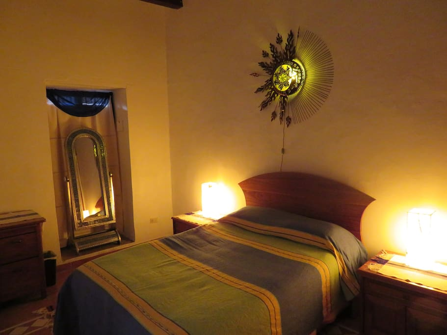Colonial Bedroom, first floor, no steps Cuarto colonial, en planta baja.