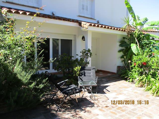 San Isidro, simpática casita, jardín y piscina.