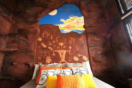 Scalatore ~ #5, Downtown Condo in Moab with Rock Climbing Wall - Scalatore ~ #5