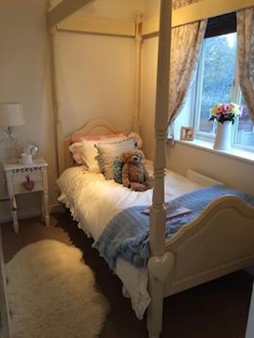Beautiful room in spacious house - Middleton
