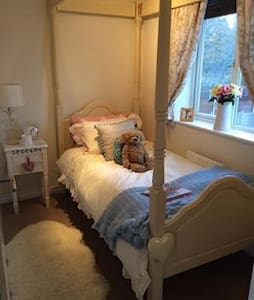 Beautiful room in spacious house - Middleton - Hus