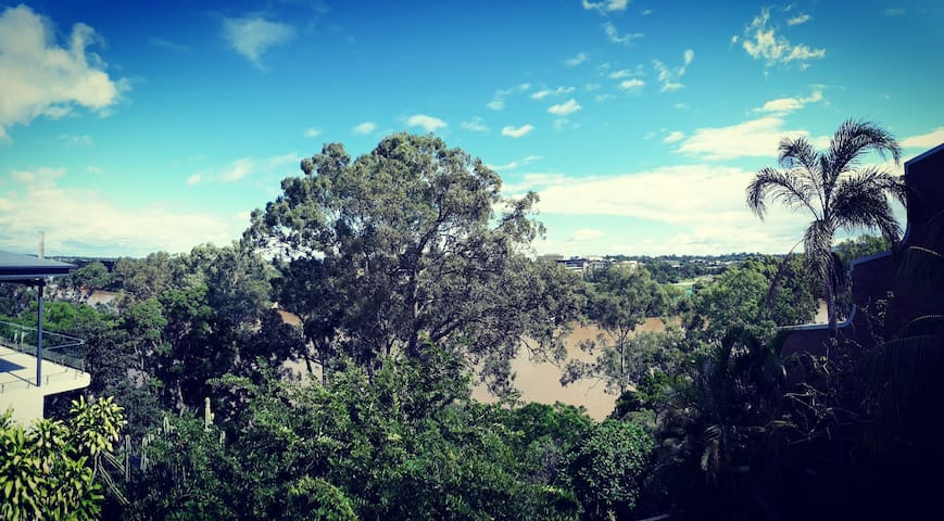 STUNNINGLY BEAUTIFUL VIEWS and RIVER FRONT LUXURY! - Highgate Hill - 獨棟