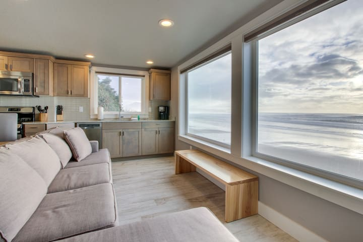 Amazing oceanfront & dog-friendly condo w/ jetted tub & close beach access!