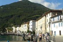Foto della passeggiata lungo lago del borgo medioevale di Riva di Solto