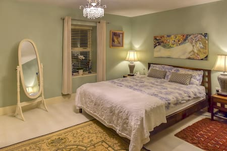 Large, En-suite room in Charming Artisan Home