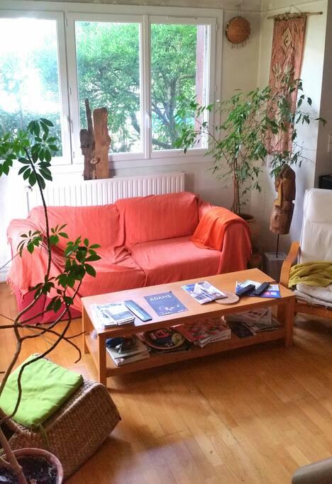 Salon cosy avec tv, piano.