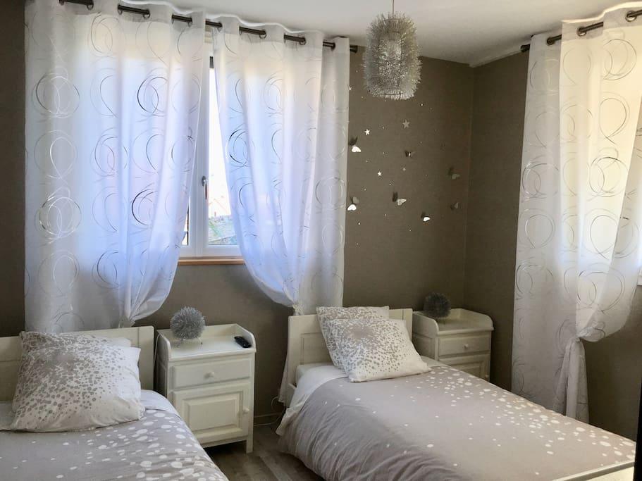 Deux lits une personne vous attendent dans la chambre