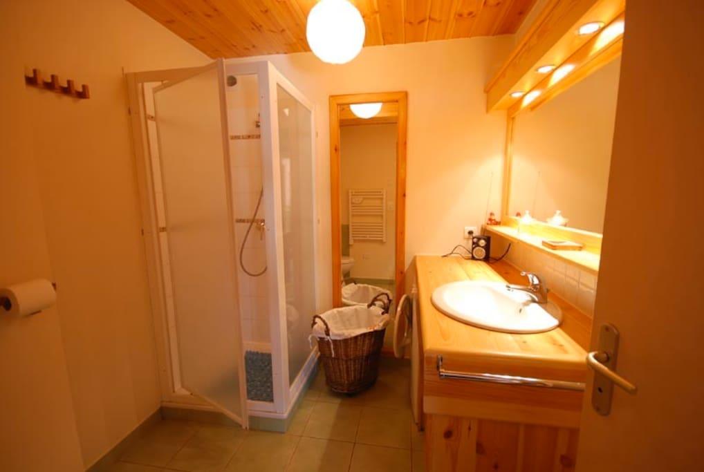 une salle de bain cosy