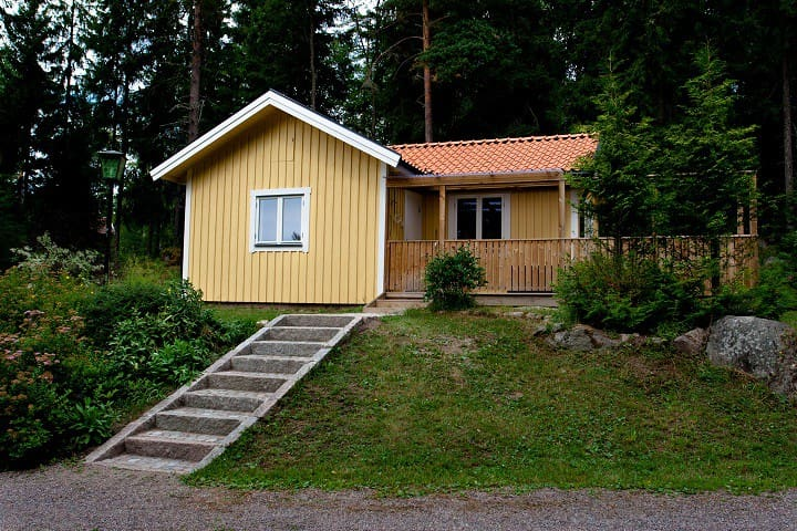 Cottage in forest near public beach - Björklinge - House